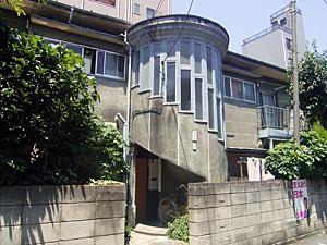 螺旋階段のあるアパート
