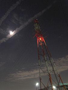 月と飛行機雲と鉄塔