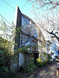 奥沢の鋭角の家