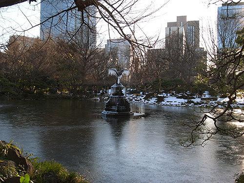 凍った鶴の噴水(日比谷公園の雲形池)