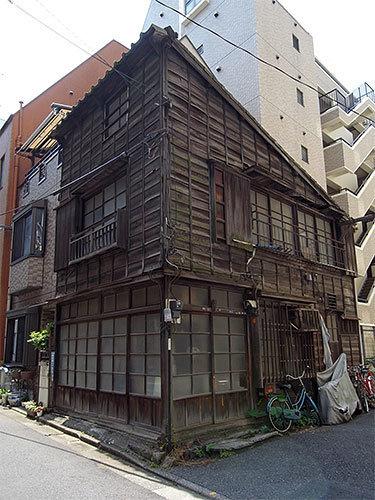飯田橋1丁目の古い木造建築