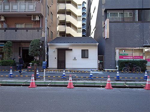 ビルの間の小さい家(日本橋富沢町)