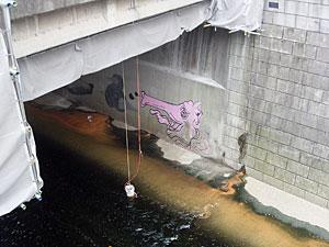 橋の下の落書き