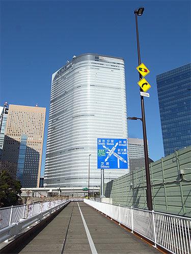 電通本社ビル(築地川から)